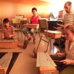 Raquel Caballero tocando el xilofon junto a tres compañeros más