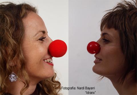 Raquel y Hedy, se ve sus caras, una frente a la otra, sonriendo, y las dos llevan una nariz de payaso