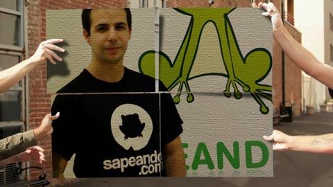 Fotografía de César Martín luciendo una camiseta donde se aprecia el logo de su empresa -un sapo- y su web: sapeando.com