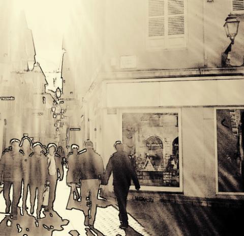 Personas caminando por la calle, se cruzan sus caminos y se miran