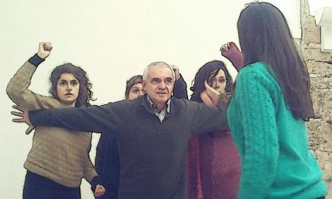 Escenificación del Teatro Imagen Tres mujeres juntas quieren avanzar hacia una cuarta mujer que tiene enfrente, y un hombre está en medio de ellas con los brazos extendidos