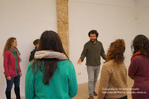 Varias participantes alrededor de Antonio Masegosa escuchando las acciones a realizar