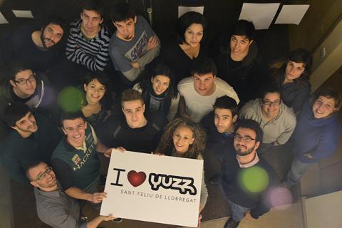 Grupo de jóvenes Yuzz junto a mi persona, levantando el cartel Y love Yuzz