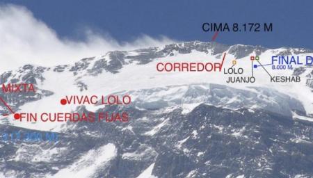 La imagen muestra la situación del accidente en la montaña con las marcas situando a los montañeros