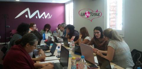 Mujeres Redes Sociales-Emotuner8
