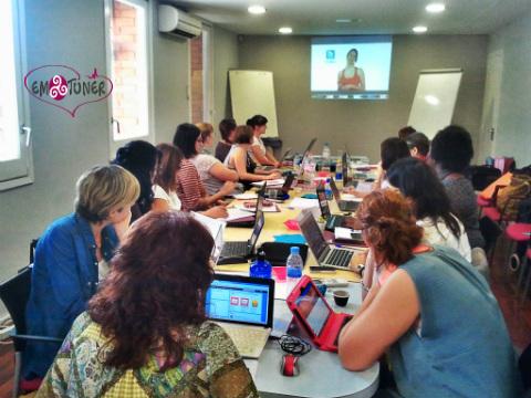 Mujeres Redes sociales-Emotuner1